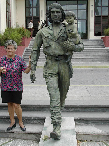 http://gigatour.files.wordpress.com/2010/02/che-statue-at-santa-clar.jpg