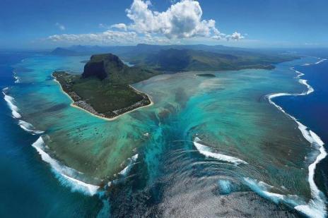 underwater-waterfall-mauritius-le-morne-brabant-maurice.jpg