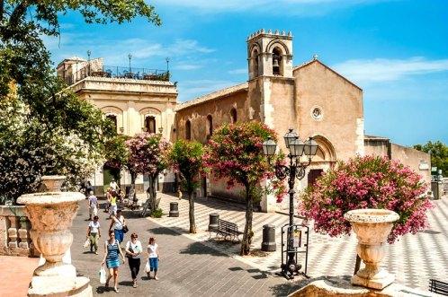 Walking-in-Taormina-duomo-square.jpg