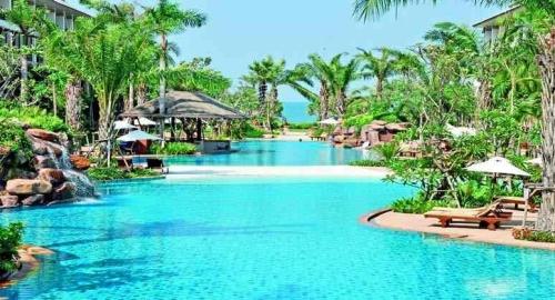 ravindra-beach-resort-spa-swimming-pool